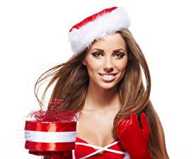 Bilder Neujahr Weißer hintergrund Braunhaarige Lächeln Geschenke Mütze Handschuh Starren Mädchens