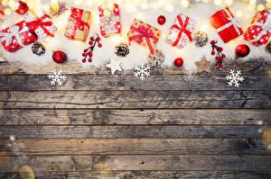 Hintergrundbilder Neujahr Bretter Schnee Geschenke Kugeln Schneeflocken Zapfen