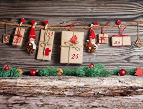Bilder Neujahr Bretter Mauer Geschenke Kugeln Herz Wäscheklammer