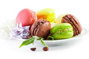 Bilder Kekse Weißer hintergrund Teller Macaron Bunte Lebensmittel