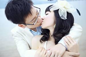 Hintergrundbilder Paare in der Liebe Asiatische Mann Schleife Kuss Brünette 2 Umarmung Mädchens