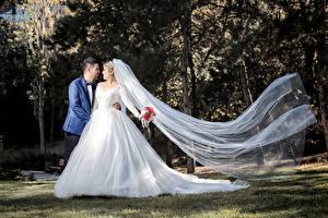 Fotos Paare in der Liebe Mann Heirat Bräutigam Brautpaar Kleid Mädchens