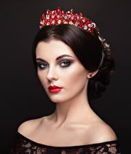 Hintergrundbilder Krone Schwarzer Hintergrund Braunhaarige Gesicht Starren junge Frauen