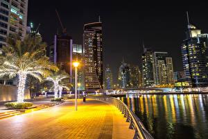 Bakgrunnsbilder Dubai De forente arabiske emirater Hus Elver Elv Gatelykter Palmer Gjerder Natt Waterfront en by