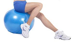Hintergrundbilder Fitness Ball Shorts Sitzt Bein Turnschuh Weißer hintergrund Sport