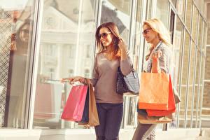 Fotos Handtasche Zwei Lächeln Brille Einkaufen Tüte Mädchens
