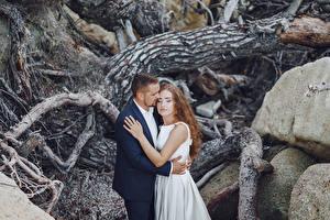 Bilder Liebe Trauung 2 Bräutigam Brautpaar Umarmung Braunhaarige Mädchens