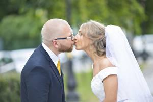 Bilder Mann Paare in der Liebe Brautpaar Bräutigam Brille Glatze Kuss Heirat Mädchens