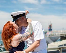 Fotos Mann Paare in der Liebe Zwei Rotschopf Umarmung Kuss Tätowierung Mädchens