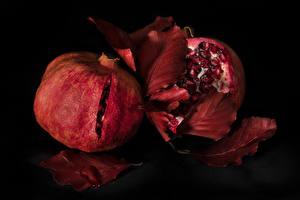 Bilder Granatapfel Hautnah Schwarzer Hintergrund Blatt Lebensmittel