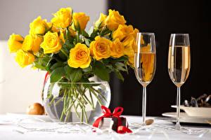 Fotos Rosen Schaumwein Vase Gelb Weinglas Geschenke Blumen Lebensmittel