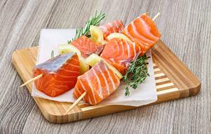 Hintergrundbilder Schaschlik Fische - Lebensmittel Lachs Schneidebrett das Essen