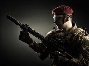 Bilder Soldaten Sturmgewehr Brille Uniform Heer