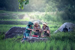 Hintergrundbilder Steine Asiatische Pfadfinderin Uniform Gras Drei 3 Der Hut Junge kind