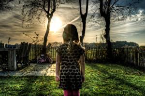 Bilder Sonnenaufgänge und Sonnenuntergänge HDRI Zaun Gras Kleine Mädchen Kinder