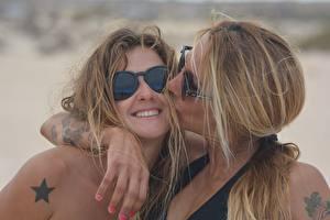 Bilder 2 Tätowierung Brille Lächeln Kuss Umarmung Mädchens