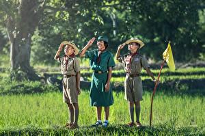 Hintergrundbilder Asiatische Gras Drei 3 Junge Kleine Mädchen Uniform Der Hut Kinder