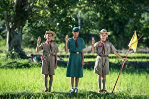 Hintergrundbilder Asiatische Gras Drei 3 Der Hut Uniform Junge Kleine Mädchen Kinder