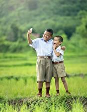 Hintergrundbilder Asiatische Gras 2 Junge Shorts Selfie Kinder