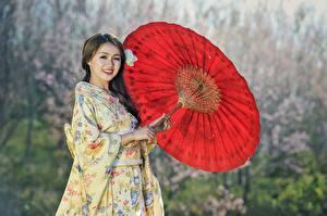 Fotos Asiatische Kimono Uniform Lächeln Regenschirm Braune Haare Mädchens