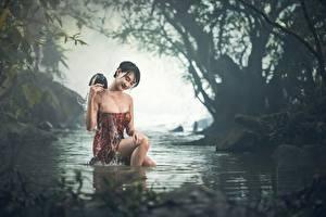 Fonds d'écran Asiatique Ruisseau S'asseyant Brouillard Humide Cheveux noirs Fille Filles