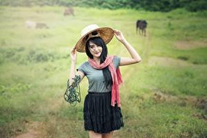 Fonds d'écran Asiatique Sentier Herbe Cheveux noirs Fille Chapeau Filles