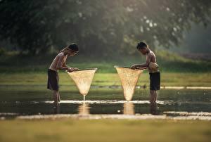 Fotos Asiatische Wasser 2 Junge Shorts Nass Kinder