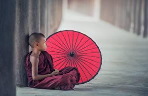 Fotos Asiaten Junge Regenschirm Sitzen Uniform Kind Kinder