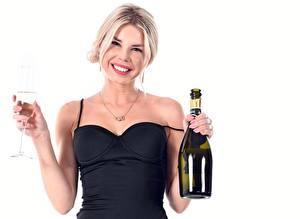 Hintergrundbilder Champagner Weißer hintergrund Flaschen Weinglas Lächeln Blond Mädchen Mädchens