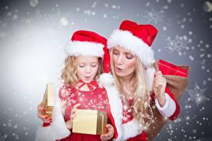 Hintergrundbilder Neujahr Blond Mädchen Mütze Schneeflocken 2 Kleine Mädchen Kinder Mädchens