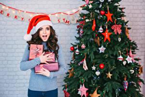 Hintergrundbilder Neujahr Braunhaarige Geschenke Tannenbaum Mütze Hand Starren Mädchens