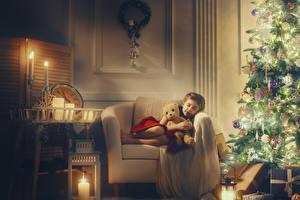 Fotos Neujahr Kerzen Teddy Tannenbaum Sessel Kleine Mädchen Geschenke Schläft Kinder