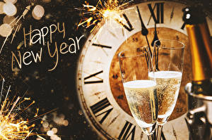Fotos Neujahr Uhr Schaumwein Zifferblatt Englischer Weinglas 2 Wunderkerze Lebensmittel