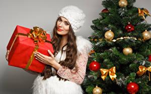 Hintergrundbilder Neujahr Weihnachtsbaum Kugeln Schleife Geschenke Blick Braune Haare Lächeln Mütze junge frau