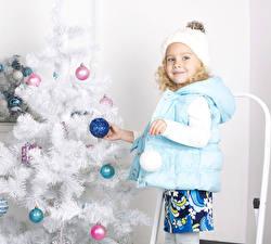 Bilder Neujahr Weihnachtsbaum Kugeln Kleine Mädchen Jacke Mütze Starren Kinder
