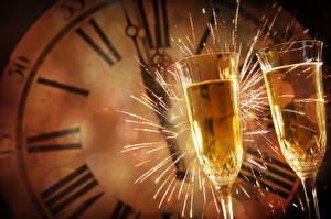 Hintergrundbilder Neujahr Uhr Schaumwein Weinglas Zwei Wunderkerze Lebensmittel