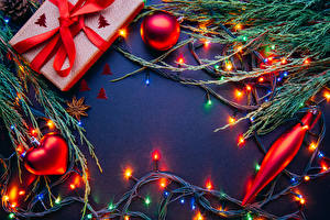 Hintergrundbilder Neujahr Farbigen hintergrund Ast Kugeln Lichterkette Geschenke Herz Vorlage Grußkarte