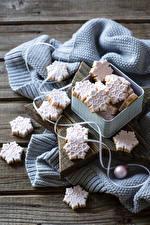 Bilder Neujahr Kekse Bretter Schachtel Schneeflocken Lebensmittel
