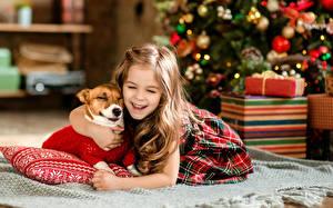 Fotos Neujahr Hunde Kleine Mädchen Lachen Freude Kinder