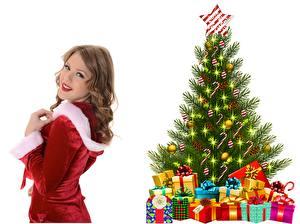 Bilder Neujahr Blick Braunhaarige Lächeln Christbaum Geschenke Stern-Dekoration Kugeln Weißer hintergrund Mädchens