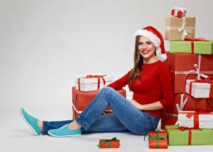 壁纸,,新年,灰色背景,棕色的女人,禮物,凝视,微笑,保暖帽,牛仔裤,坐,女孩,