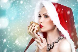 Hintergrundbilder Neujahr Schmuck Finger Halskette Kugeln Mütze Mädchens