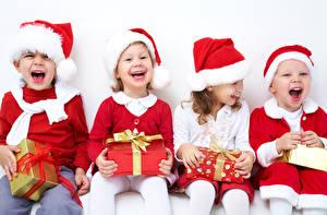 Hintergrundbilder Neujahr Kleine Mädchen Junge Sitzend Geschenke Schleife Mütze Glücklich Lacht Kinder