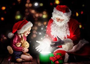 Hintergrundbilder Neujahr Magie Zwei Weihnachtsmann Kleine Mädchen Sitzend Mütze Brille Geschenke Schleife Glücklich kind