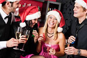 Bilder Neujahr Mann Blondine Brünette Weinglas Lacht Mütze Mädchens