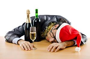 Bilder Neujahr Mann Flasche Weinglas Mütze Brille Schläft