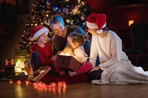 Hintergrundbilder Neujahr Mann Mutter Kleine Mädchen Junge Lächeln Geschenke Mütze Lichterkette Kinder
