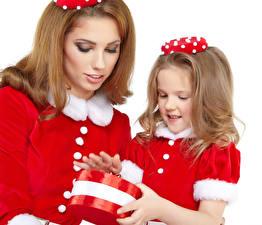 Fotos Neujahr Mutter Weißer hintergrund 2 Braunhaarige Kleine Mädchen Geschenke Kinder Mädchens