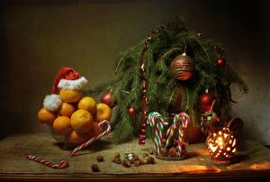 Bilder Neujahr Stillleben Mandarine Süßigkeiten Nussfrüchte Ast Kugeln Mütze Laterne Lebensmittel