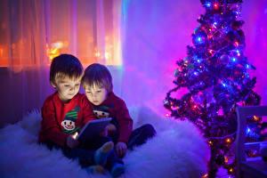 Bilder Neujahr Tablet-Computer Junge 2 Weihnachtsbaum Kinder